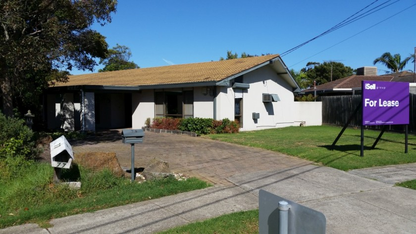 Located at Larnook Crescent, Aspendale, this three bedroom family home with a garage and a big yard is the first property I visit in Australia.